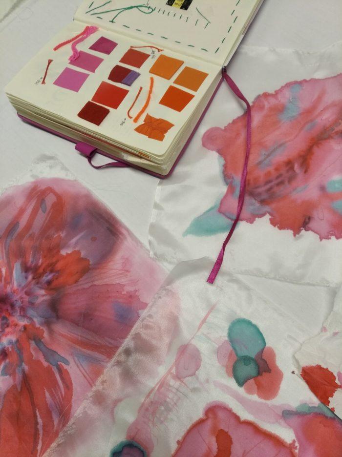 Carnet d'inspiration, carrés de soie peints de taches de couleurs, rose, rouge, orange, turquoise