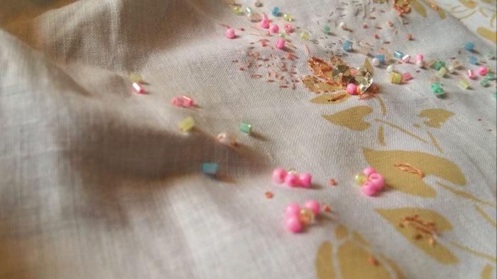 broderie de perles dans des tons pastels sur mouchoir blanc