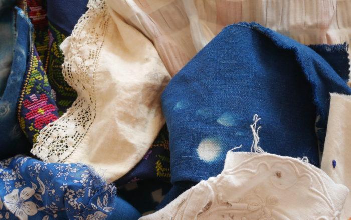 chutes de tissus dans les tons bleus, crème avec une petite pointe de framboise