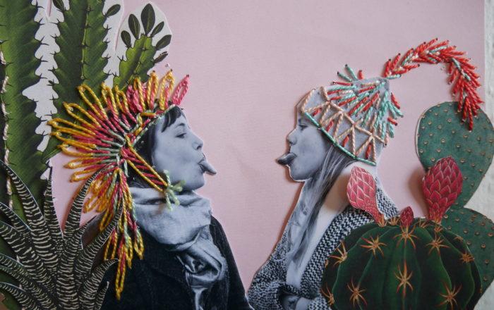 Montage photo collé sur papier, brodé ensuite. Deux jeunes filles se font face en se tirant la langue. Celle de droite porte un bonnet brodé d'une plume et celle de gauche une coiffe de chef indien brodée également. Au premier plan, illustrations de cactus découpées. Tons rose, jaune, turquoise, corail et vert