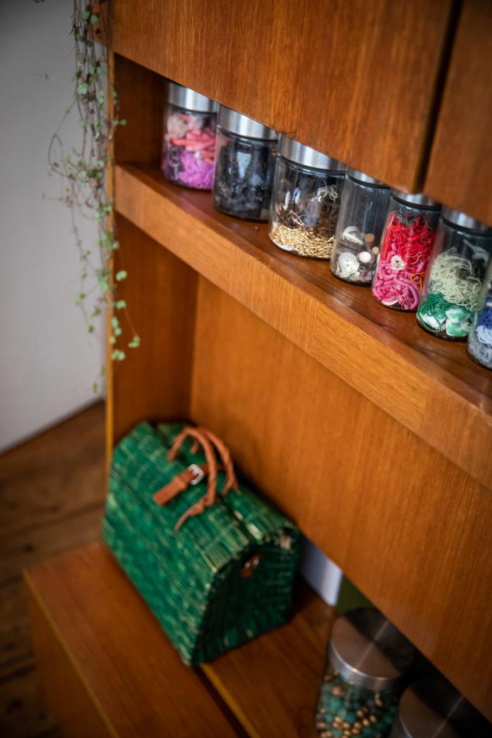 image d'atelier: bocaux remplis de perles multicolores