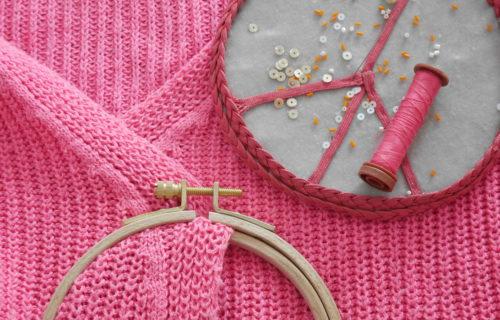 pull rose tâché et matériel de broderie